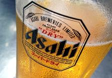El grupo japonés Asahi Group Holdings Ltd confirmó el martes que está estudiando varias posibilidades después de que medios de prensa informaran de que presentará una oferta para comprar Grolsch y Peroni, dos marcas de cerveza propiedad de SABMiller PLC, por hasta 3.400 millones de dólares. En la foto, una cerveza de la marca Asahi en Singapur, el 23 de octubre de 2015. REUTERS/Tim Wimborne/Files