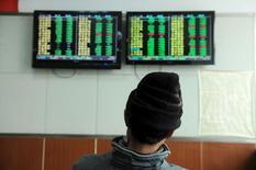Les Bourses chinoises ont fini en hausse mardi, dans des échanges volatils, alors que la Banque populaire de Chine s'efforçait de stabiliser le yuan après avoir déstabilisé les marchés mondiaux en le laissant filer abruptement pendant les premiers jours de l'année. L'indice CSI300 des principales valeurs cotées à Shanghai et Shenzhen a progressé de 0,73% et le composite de Shanghai a pris 0,21%. /Photo prise le 11 janvier 2016/REUTERS/China Daily