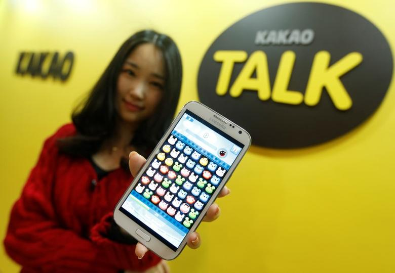An employee of mobile messager Kakao Talk displays the mobile game ''Anipang'' on a smartphone at the company in Seongnam, south of Seoul, March 26, 2013.     REUTERS/Lee Jae-Won