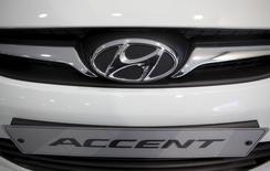 Foto de archivo de un vehículo Hyundai Accent, en una concesionaria de la compañía en Seúl, 27 de enero de 2011.  Hyundai planea fabricar el próximo año una nueva versión de su auto compacto Accent en una planta en México de su compañía vinculada Kia Motors, de acuerdo a dos personas cercanas al tema, removiendo de la costosa Corea del Sur una parte de la producción del vehículo de bajos márgenes. REUTERS/Lee Jae-Won/Files