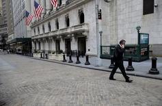 Las acciones estadounidenses abrieron con subidas el martes, debido a que los precios del crudo se elevaron desde mínimos de 12 años tras bordear los 30 dólares por barril. En la imagen, un inversor habla por su teléfono móvil en la parte exterior de la Bolsa de Nueva York, el 7 de enero de 2016. REUTERS/Brendan McDermid