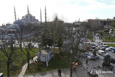 """Полиция ставит оцепление на площади Султанахмет в центре Стамбула 12 января 2016 года. Унесший десять жизней взрыв в центре популярного среди туристов исторического района Стамбула предположительно был устроен смертником """"Исламского государства"""", сообщили власти Турции. REUTERS/Murad Sezer"""