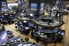 Помещение фондовой биржи в Нью-Йорке. 11 января 2016 года. Американский фондовый рынок открыл торги вторника ростом благодаря успехам Apple, а также отскоку цен на нефть с двенадцатилетних минимумов, что дало передышку после худшего для индексов начала года в истории. REUTERS/Brendan McDermid