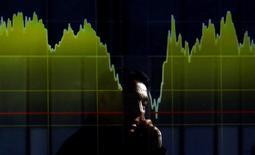 La saison des résultats trimestriels qui se profile devrait faire ressortir la plus forte progression des bénéfices des entreprises européennes en quatre ans, contrastant avec les performances en berne attendues pour les entreprises américaines, à la faveur de la reprise de l'activité en Europe et de la faiblesse de l'euro.  /Photo d'archives/REUTERS/Yuya Shino