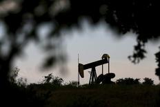 Una unidad de bombeo de petróleo vista en Cisco, Texas, 23 de agosto de 2015. Los precios del petróleo se estabilizaron el martes cerca de 32 dólares el barril, al repuntar ligeramente porque los inversores tomaron ganancias luego de que cayeran a mínimos de casi 12 años ante las preocupaciones por el exceso del suministro global y la débil demanda de China. REUTERS/Mike Stone
