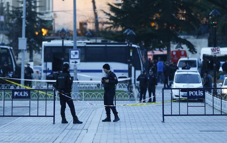 Police officers secure the area after an explosion near the Ottoman-era Sultanahmet mosque, known as the Blue mosque in Istanbul, Turkey January 12, 2016. A Syrian suicide bomber is thought to be responsible for an attack which killed at least ten people including foreigners in the heart of Istanbul's historic Sultanahmet tourist district on Tuesday, President Tayyip Erdogan said. There was a high probability Islamic State militants were behind the blast near the Blue Mosque and Hagia Sophia, major tourist sites in the centre of one of the world's most visited cities, two senior Turkish security officials told Reuters.     REUTERS/Osman Orsal