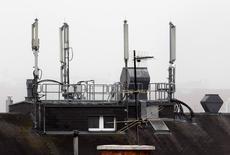 L'Arcep appelle les opérateurs mobiles français à accélérer le processus permettant de mettre fin aux accords de mutualisation de réseaux qui lient actuellement Free et Orange d'une part et Bouygues Telecom et Numericable-SFR d'autre part, respectivement entre fin 2018 et fin 2020, pour la 3G et entre début 2020 et fin 2022 pour la 2G; et pour les seconds, entre fin 2016 et fin 2018 dans la 4G. /Photo d'archives/REUTERS/Heinz-Peter Bader