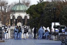 La policía turca detuvo a tres personas de nacionalidad rusa por supuestos vínculos con Estado Islámico tras el ataque suicida en Estambul que causó 10 víctimas mortales, todas turistas, dijo el miércoles la agencia Dogan News. En la foto, la policía forense en la escena del ataque en Sultanahmet en Estambul, el 12 de enero 2016.  REUTERS/Murad Sezer