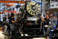 Hombres trabajan en la línea de ensamblaje de un camión en la planta de MAN AG en Múnich, Alemania, 30 de julio de 2015. La asociación de la industria de Alemania, BDI, espera que la mayor economía de Europa crezca casi un 2 por ciento en 2016, pero advirtió también de incertidumbres y varios riesgos geopolíticos. REUTERS/Michaela Rehle