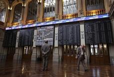 El Ibex se desinfla con un nuevo giro a la baja del petróleo. En la imagen de archivo, dos personas ante pantallas de cotizaciones en la Bolsa de Madrid REUTERS/Andrea Comas