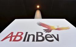 Logo da Anheuser-Busch InBev é fotografado na sede da cervejaria em Leuven, na Bélgica. 10 de novembro de 2015. REUTERS/Eric Vidal