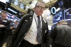 Operadores en el piso de la Bolsa de Nueva York. 7 de enero de 2016. Las acciones se hundieron el miércoles en Wall Street, empujando al índice S&P 500 por debajo de los 1.900 puntos por primera vez desde septiembre y ampliando la ola de ventas desatada con el comienzo del año, en medio de un clima de nerviosismo por las caídas de los precios del crudo y las ganancias corporativas. REUTERS/Brendan McDermid