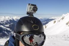 Камера GoPro cна шлеме лыжника в Мерибеле 7 января 2014 года. Компания GoPro прогнозирует выручку за четвёртый квартал ниже ожиданий рынка в связи с разочаровывающими продажами экшн-камер, и сообщила о решении сократить 7 процентов сотрудников.  REUTERS/Emmanuel Foudrot