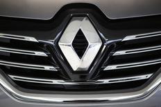 Renault chute de 19,66%, accusant la plus forte baisse du SBF 120 à la Bourse de Paris à la mi-séance, après une information de l'AFP sur une perquisition la semaine dernière chez le constructeur automobile. A 13h10, le CAC 40 recule de 2,59% à 4.278,37 points. /Photo prise le 24 novembre 2015/REUTERS/Stéphane Mahé