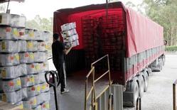 Homem carrega caminhão em fábrica de Jaraguá do Sul, em Santa Catarina. O volume do setor de serviços do Brasil registrou queda de 6,3 por cento em novembro na comparação com um ano antes, com influência do setor de transportes. 20/10/2015 REUTERS/Paulo Prada