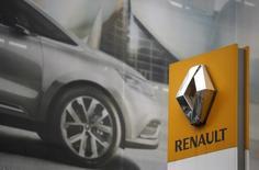 El logo de Renault en una de sus concesionarias en París, 13 de noviembre de 2015. Las acciones del fabricante de automóviles francés Renault caían con fuerza el jueves después de que un funcionario sindical dijo que las oficinas de la compañía fueron registradas la semana pasada en el marco de una investigación por fraude posiblemente vinculada a emisiones. REUTERS/Christian Hartmann