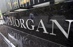 Логотип JP Morgan Chase & Co. Corporate у штаб-квартиры банка в Нью-Йорке 20 мая 2015 года. Квартальная прибыль JPMorgan Chase & Co, крупнейшего банка США по объёму активов, выросла больше ожидаемого благодаря мерам жёсткой экономии и резкому снижению судебных издержек. REUTERS/Mike Segar