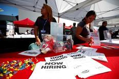Reclutadores en un puesto en una feria de empleos para veteranos militares, en Carson, California. 3 de octubre de 2014. La cantidad de estadounidenses que presentaron nuevas solicitudes de subsidios por desempleo subió inesperadamente la semana pasada, aunque se mantuvo en un nivel asociado con condiciones favorables en el mercado laboral. REUTERS/Lucy Nicholson