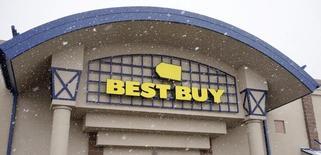 Best Buy est une des valeurs à suivre à Wall Street jeudi. Le leader américain de la distribution d'articles d'électronique grand public pense que ses ventes aux Etats-Unis diminueront de 1,5% environ durant le trimestre en cours, quatrième de son exercice, en raison d'une baisse de la demande d'appareils mobiles, de scanners et d'imprimantes durant les fêtes. L'action  perdait 8,8% en avant-Bourse. /Photo prise le 3 mars 2015/REUTERS/Rick Wilking