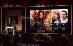 """El actor John Krasinski (izq.) y la presidenta de la Academia de Artes y Ciencias Cinematográficas, Cheryl Boone Isaacs, anuncian los nominados en la categoría Mejor Actriz para la 88va. entrega de los premios Oscar en Beverly Hills, 14 de enero de 2016. El drama """"The Revenant"""", del mexicano Alejandro González Iñárritu, lideró el jueves las nominaciones al Oscar con 12 candidaturas, entre ellas como mejor película y director. REUTERS/Phil McCarten"""
