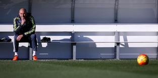 Técnico do Real Madrid, Zinedine Zidane, em treino da equipe em Valdebebas. 05/01/2016 REUTERS/ Juan Medina