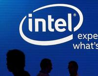 Логотип Intel на выставке Computex в Тайбэе. 3 июня 2015 года. Сильная квартальная прибыль Intel ушла на второй план из-за беспокойств в связи с замедлением роста выручки высокодоходного подразделения центра хранения и обработки данных, спровоцировав падение акций компании примерно на 5,6 процента после закрытия официальной сессии. REUTERS/Pichi Chuang