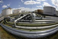 НПЗ Bayernoil в Ингольштадте. 18 августа 2008 года. Крупнейшая российская нефтекомпания - государственная Роснефть и британская BP подписали соглашение о расформировании совместного предприятия в Германии - нефтеперерабатывающего Ruhr Oel, сообщила Роснефть. REUTERS/Michaela Rehle