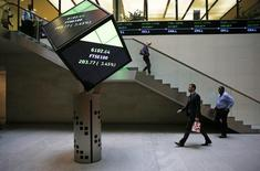 People walk through the lobby of the London Stock Exchange in London, Britain August 25, 2015.  REUTERS/Suzanne Plunkett