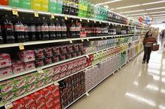 Una mujer camina por el pasillo de las bebidas, en una tienda en Los Ángeles. 7 de abril de 2011. Los precios al productor de Estados Unidos cayeron en diciembre debido a una fuerte baja de los costos de la energía, una tendencia que podría reducir las expectativas de que la inflación se eleve este año hacia la meta de la Reserva Federal. REUTERS/Mario Anzuoni