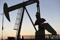 Le cours du pétrole brut léger américain est tombé vendredi à son plus bas niveau depuis novembre 2003, à 29,33 dollars le baril, la perspective d'une levée prochaine des sanctions contre l'Iran faisant craindre un déséquilibre accru du marché mondial. Le brut léger américain perdait 5,35% à 29,53 dollars le baril vers 13h05 GMT, tandis que le Brent cédait 4,15% à 29,60 dollars après être brièvement tombé à 29,30 dollars, son plus bas depuis février 2004. /Photo d'archives/REUTERS/Nick Oxford