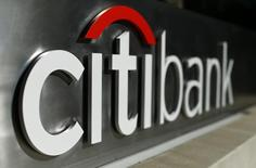 Логотип Citibank в центре Лос-Анджелеса 29 октября 2014 года.  Третий банк в США по числу активов Citigroup отчитался о резком скачке квартальной прибыли в связи с сокращением расходов на урегулирование юридических споров, а также благодаря продаже нежелательных активов из портфеля Citi Holdings. REUTERS/Mike Blake