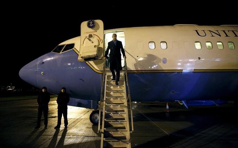 U.S. Secretary of State John Kerry steps off his plane upon his arrival in London January 14, 2016.  REUTERS/Kevin Lamarque