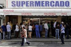 Gente hace fila frente a un supermercado de Caracas. 15 de enero de  2016. La economía venezolana se contrajo un 4,5 por ciento interanual en los primeros nueve meses de 2015, un período en que los precios más que se duplicaron, informó el viernes el Banco Central de Venezuela, en su primer reporte sobre la actividad productiva en más de un año. REUTERS/Marco Bello