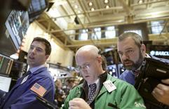 Operadores trabajan en el parqué de la Bolsa de Nueva York. 15 de enero de 2016. Wall Street cerró con amplias pérdidas el viernes víctima de una hemorragia vendedora que dejó al índice S&P 500 en su nivel más bajo desde agosto del 2014, luego de que los precios del petróleo se hundieron a menos de 30 dólares por barril.  REUTERS/Brendan McDermid