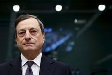 El Banco Central Europeo está preguntando a varios bancos de la zona euro sobre sus altos niveles de morosidad, dijo el domingo un portavoz del BCE, institución que está intensificando sus esfuerzos para lidiar con la montaña de deuda fallida de la región.  En la foto, el presidente del BCE Mario Draghi en Brussels, el 14 de enero de 2016.     REUTERS/Francois Lenoir