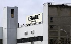 Завод Renault во Франции. 17 января 2016 года. Глобальные продажи Renault выросли на 3,3 процента в 2015 году за счет запуска новых моделей, позволивших французскому автопроизводителю завоевать большую долю на восстанавливающемся европейском рынке и удержаться на рынках развивающихся стран. REUTERS/Jacky Naegelen