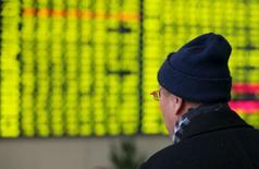 Un inversor mira una pantalla electrónico que muestra información bursátil, en una correduría en Nantong, China, 11 de enero de 2016. Las acciones chinas rebotaron el lunes desde unos mínimos intradiarios en 13 meses y cerraron al alza, lideradas por un fuerte repunte del referencial ChiNext. REUTERS/Stringer