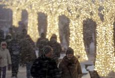 Московская улица во время снегопада. 14 января 2016 года. Рабочая неделя в Москве будет холодной и снежной, свидетельствует усредненный прогноз, составленный на основании данных Гидрометцентра России, сайтов intellicast.com и gismeteo.ru. REUTERS/Maxim Shemetov