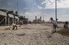 Trabajadores iranies en un campo de gas en Irán, el 19 de noviembre de 2015. Irán emitió una orden para aumentar la producción de petróleo en 500.000 barriles por día, dijo el lunes el viceministro de Petróleo del país citado por una agencia de noticias, implementando su política de elevar la producción tan pronto como fueran levantadas las sanciones. REUTERS/Raheb Homavandi/TIMA