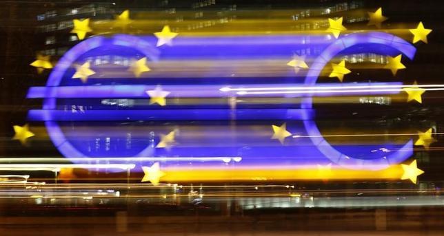 1月18日、市場関係者の多くは、ECBが今後半年間に中銀預金金利を引き下げる公算は小さいとみている。写真はユーロの看板。フランクフルトで昨年1月撮影(2016年 ロイター/Kai Pfaffenbach)