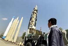 Мужчина изучает иранские ракеты в музее в Тегеране 23 сентября 2015 года. Евросоюз на этой неделе обсудит необходимость новых санкций в отношении Ирана после недавних испытаний Тегераном баллистических ракет, сказал министр иностранных дел Франции Лоран Фабиус. REUTERS/Raheb Homavandi/TIMA