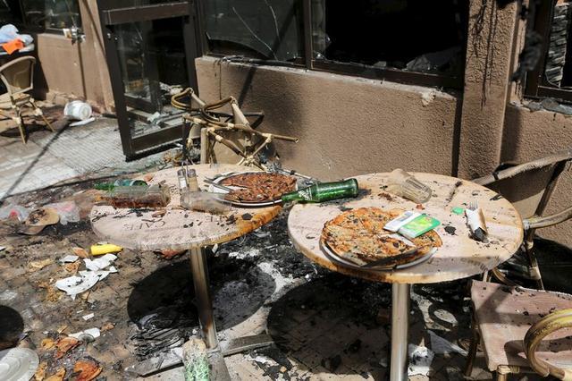 صورة للدمار الناجم عن هجمات على فندق في واجادوجو عاصمة بوركينا فاسو التقطت يوم الاثنين. تصوير: جو بيني