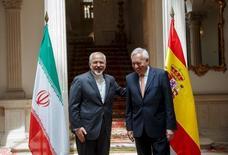 Irán y España están negociando la construcción de una refinería de petróleo de propiedad iraní en el estrecho de Gibraltar, dijo el ministro de Exteriores español el lunes, un día después de que se levantasen las sanciones contra la república islámica aislada económicamente. Imagen del ministro de exteriores iraní Mohammad Javad Zarif (a la izquierda) posa con su contraparte español José Manuel Garcia-Margallo antes de una reunión en Madrid el 14 de abril de 2015.  REUTERS/Andrea Comas