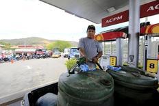 Un hombre cargando combustible en una gasolinera en Cúcuta, Colombia, ago 26, 2015. La producción industrial de Colombia repuntó con fuerza durante noviembre del año pasado, mientras las ventas minoristas se contrajeron levemente, en unas señales mixtas sobre el comportamiento de la economía en la parte final del 2015, revelaron el lunes cifras del Gobierno.  REUTERS/Jose Miguel Gomez