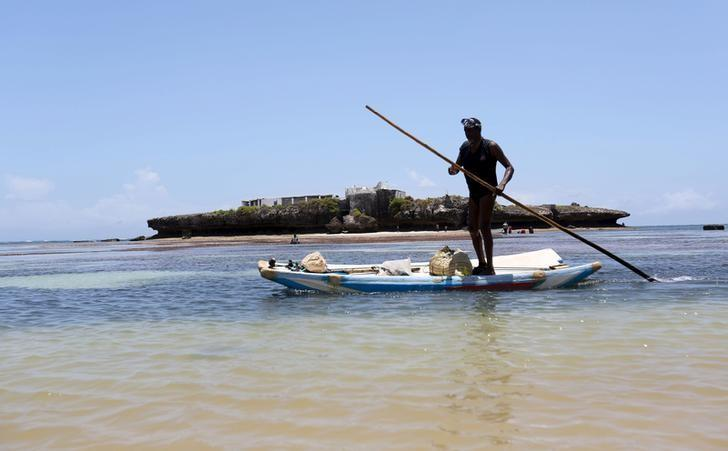 A fisherman paddles his boat in the Indian Ocean next to Jazeera beach near Somalia's capital Mogadishu, October 2, 2015. REUTERS/Feisal Omar/Files
