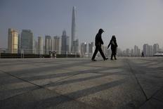 La economía de China creció un 6,8 por ciento en el cuarto trimestre frente al mismo período del año previo, en línea con las expectativas y a su ritmo más lento desde la crisis financiera global, lo que aumenta la presión para que Pekín aplique más medidas de estímulo ante los temores de una ralentización más severa. En la imagen, se ve a personas caminando frente al distrito financiero de Pudong, en Shanghái, China, el 19 de enero de 2016. REUTERS/Aly Song
