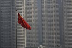 Флаг Китая в деловом квартале Шанхая. 19 января 2016 года. Экономический рост Китая замедлился в четвёртом квартале до минимума с глобального финансового кризиса, что усиливает давление на правительство, пытающееся восстановить доверие инвесторов, после того как некоторые очевидные ошибки проводимой им политики вызвали потрясение на мировых рынках. REUTERS/Aly Song