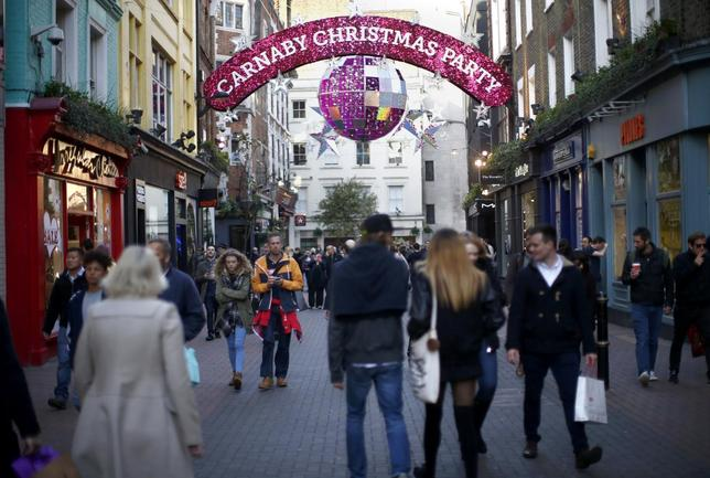 Christmas shoppers in Carnaby street in walk beneath festive decorations in London, Britain, December 23, 2015.  REUTERS/Peter Nicholls