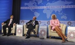 El Fondo Monetario Internacional (FMI) revisó el martes al alza las previsiones de crecimiento para España para los años 2016 y 2017, en una actualización de sus estimaciones para la economía mundial. Imagen de archivo del subgobernador del Banco de China, Yi Gang, el ministro de Economía Luis de Guindos y la directora gerente del FMI Christine Lagarde antes de las reuniones de de otoño del FMI y del Banco Mundial de 2013, en Washington, el 10 de octubre de 2013.  REUTERS/Mike Theiler