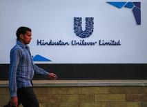Человек проходит мимо штаб-квартиры Hindustan Unilever Limited в Мумбаи 19 января 2015 года. Один из крупнейших в мире производителей продуктов питания и товаров повседневного спроса компания Unilever сообщила, что готовится к ухудшению рыночных условий и дальнейшей нестабильности в 2016 году, несмотря на превысивший ожидания рост продаж группы в 2015 году. REUTERS/Danish Siddiqui